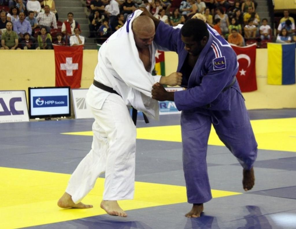 Brazilians and French rule in Lisbon at day 2 of the World Cup