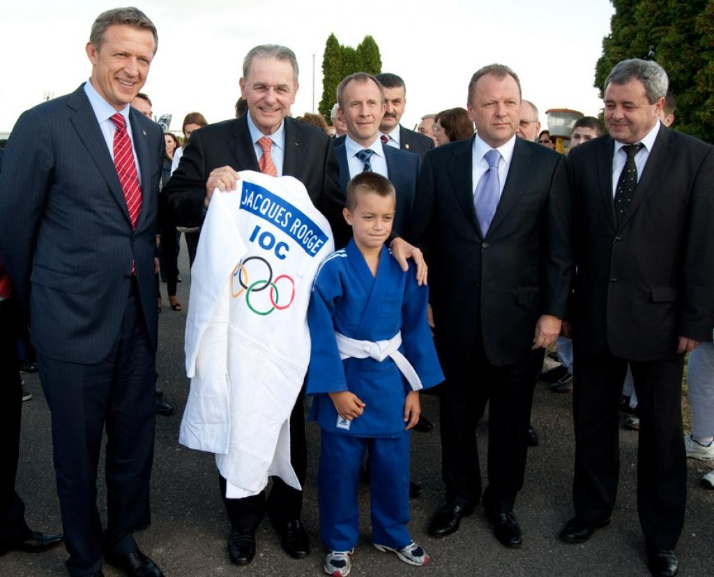 Jacques Rogge Welcomed by Young Judoka in Oradea
