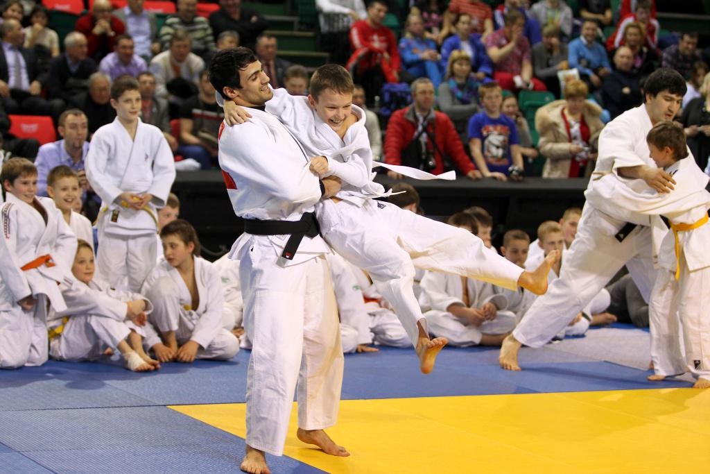 Russian Olympic Champions give masterclass with young judoka