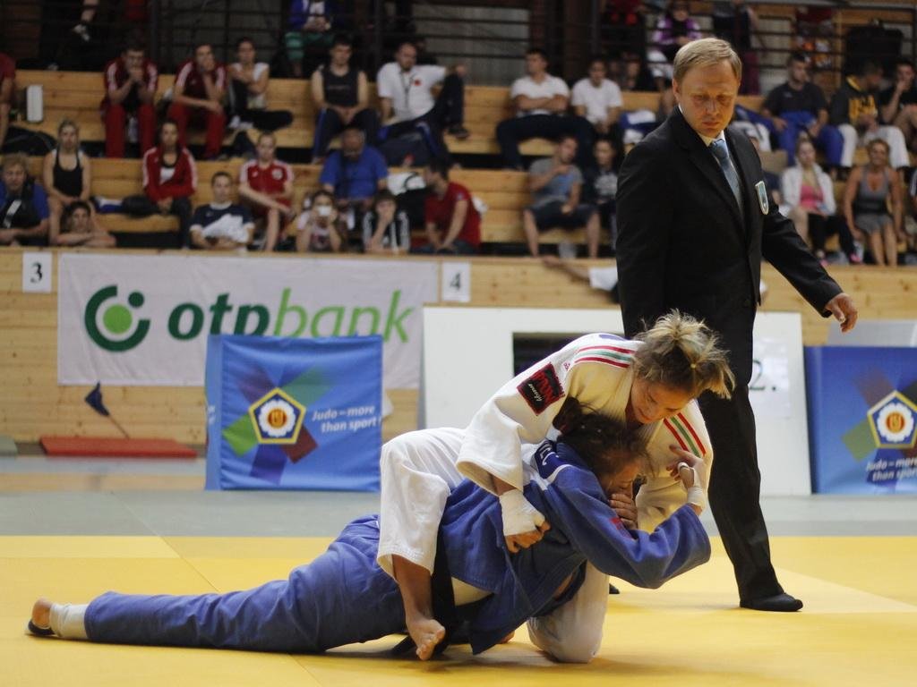 SZABO CLAIMED THE FIRST GOLD MEDAL FOR HOME CROWD AT THE JUNIOR EUROPEAN CUP